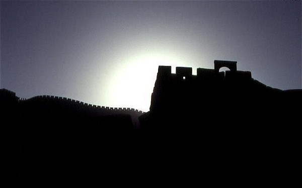"Sonnenuntergang hinter der ""TEN-THOUSAND-LI GREAT WALL"" in China ..... [ Scan vom Dia ]"